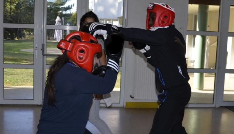 2 filles entrainement combat de boxe