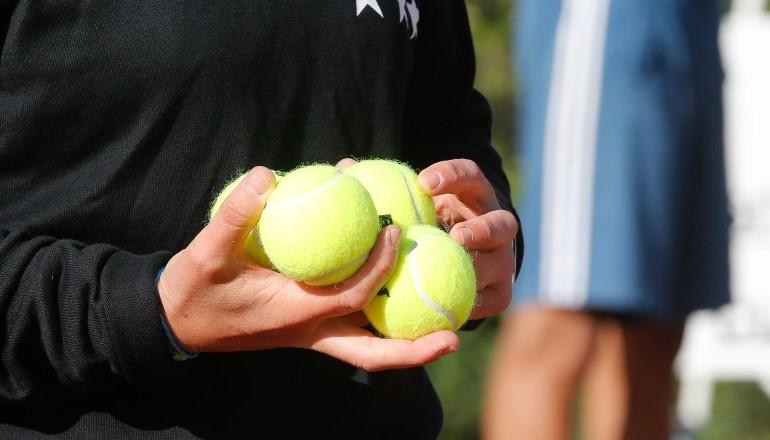 Balles de tennis dans la main de l'arbitre
