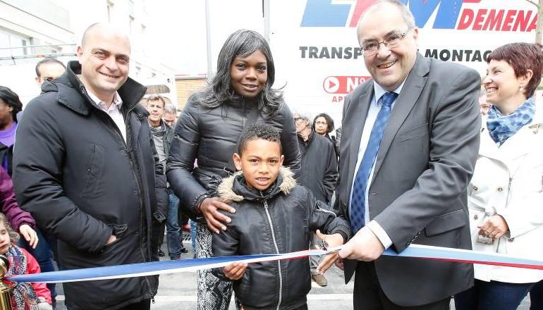 Coupure du ruban par le maire, le er adjoint et un enfant pour inauguration logements ZAC Césaire