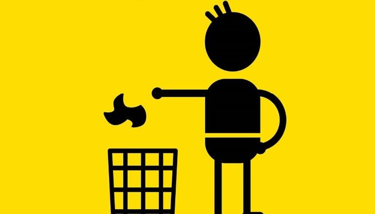 Homme jetant un papier à la poubelle