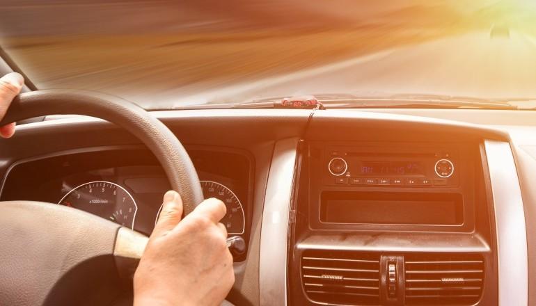 Mains sur un volant interieur de voiture