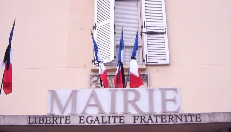 Drapeaux de la mairie en berne