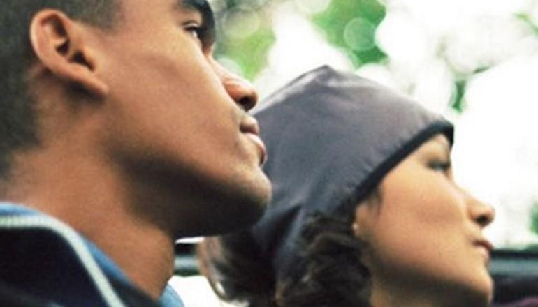 visages de deux jeunes en extérieur sous un arbre